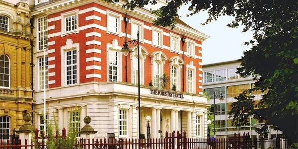 Located on a quiet corner of the town centre overlooking leafy Forbury Gardens, The Forbury Roseate Hotel in Reading is unashamedly opulent and stunning.