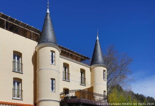 L'établissement s'inscrit dans un cadre bucolique, au pied des Pyrénées et en bordure du Tech.